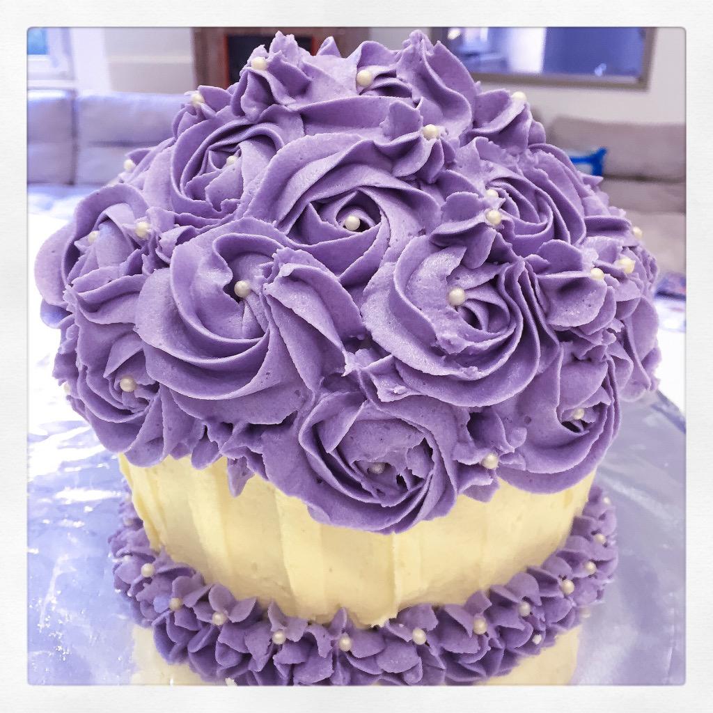 Veganer Riesen Cupcake mit Buttercreme Rosetten